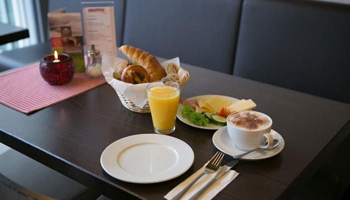 Frühstück im Cafe der Bäckerei Baumgartner in Görwihl, Waldshut